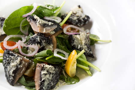 Ein Teller mit Pilz mit Käse und grünen Gemüse gekocht.