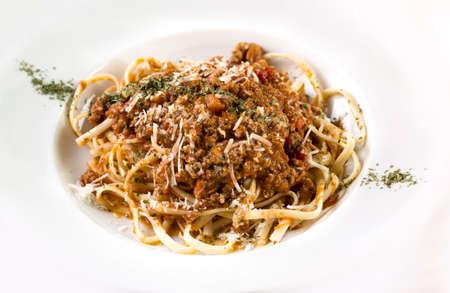 Ein Teller mit Spaghetti bolognese isoliert auf weiß.