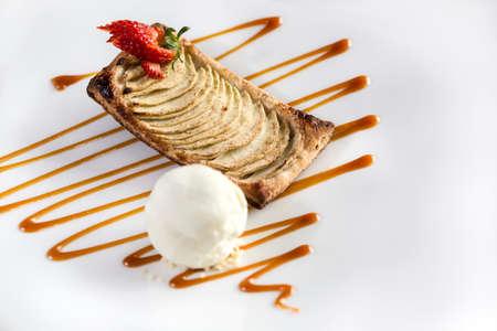 Strawberry Biskuit Dessert bereit, mit Vanille-Eis isoliert auf weiß serviert werden.
