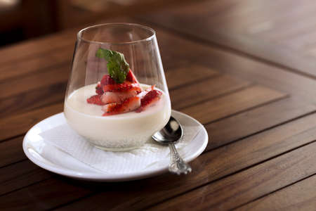 A strawberry dessert in a glass ready to be served. Standard-Bild