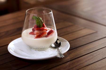 Ein Erdbeer-Dessert im Glas serviert werden. Lizenzfreie Bilder