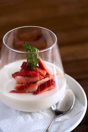 Eine vertikale Aufnahme von einem Erdbeer-Dessert im Glas serviert werden. Lizenzfreie Bilder