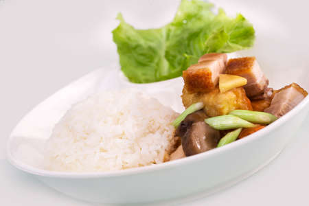 Knusprig geschichteten Schweinefleisch Reis mit Pilzen Saucen Lizenzfreie Bilder