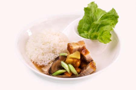 Knusprig geschichteten Schweinefleisch Reis mit Pilzsauce