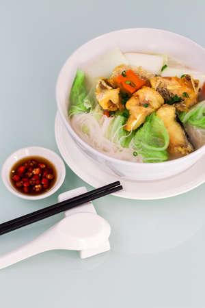 Reisnudeln Biene Hoon Nudeln Suppe mit gebratenen Fisch