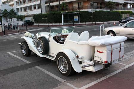 Cannes, Frankrijk - 1 juli 2012 vintage auto versierd huwelijk met bloemen. Redactioneel
