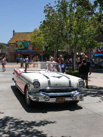 marilyn monroe: Los Angeles, CA, United States - 15 June 2010. Model in an image of Marilyn Monroe drives through the streets of Universal Studios in Los Angeles Hollywood . Beige Pontiac in retro style perfectly with her dress, hair and glasses.