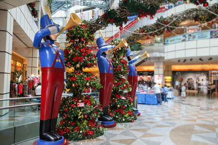 Mannequins - trumpeters in costumes of hussars greeted visitors at the Mall before the Christmas sale. Archivio Fotografico