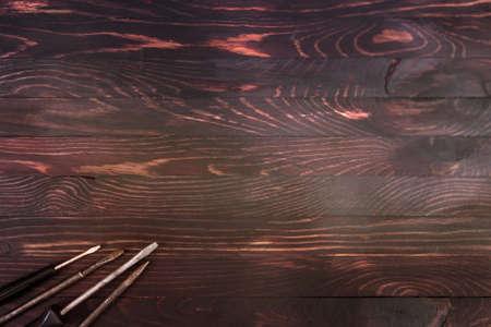 cacciaviti in un angolo su una tavola di legno