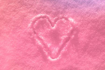Das rosa Herz auf den Schnee gezeichnet Standard-Bild
