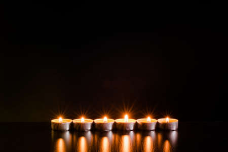 Quema de velas sobre fondo negro