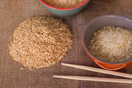 Rice on the table, top view. Chinese sticks and rice. Banque d'images