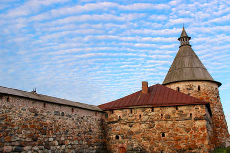 Beautiful sky with clouds over the towers of the old fortress. Old stone fortress with towers Foto de archivo - 150114948