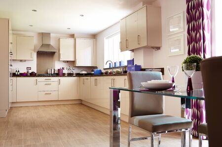 Intérieur moderne d'une grande cuisine avec mobilier modulable de couleur blanche