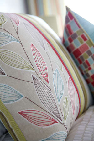 Closeup of floral and colorful pillows on bed in bedroom 免版税图像 - 150643253