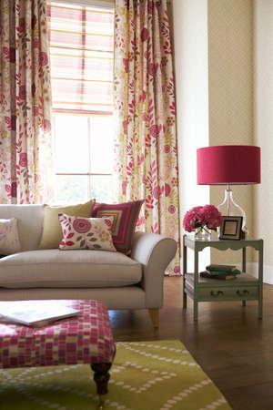 Shot of multi-colored pillows on sofa in modern living room 免版税图像 - 150643317