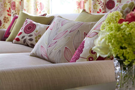 Shot of multi-colored pillows on sofa in modern living room 免版税图像 - 150643635