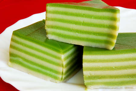 to cake layer: Asiatici piaceri, nyonya kueh Lapis, pandan (torta verde strato)