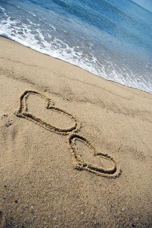 parejas enamoradas: Dos Coraz�n forma en la playa - amor concepto  Foto de archivo