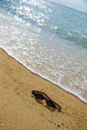 ahogarse: Goggle en la playa - se ahogan concepto
