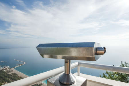 Metal coin operated telescope isolated at beautiful summer panoramic view at cityscape Banque d'images - 115399482