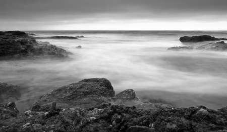 長い露出で岩の多い海岸線 写真素材