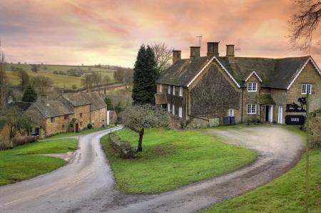 Winderton dorp bij zonsondergang, Gloucestershire, Engeland