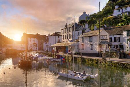 Zonsopgang bij de Cornish vissersdorp Polperro, Engeland