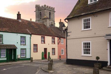 Cottages en kerk in Wareham, Dorset, Engeland Stockfoto