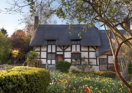 path cottage garden: Anne Hathaways Cottage, Stratford upon Avon, Warwickshire, England.