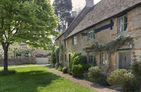 cotswold: Fila di case di Cotswold, Lower Oddington, Gloucestershire, Inghilterra