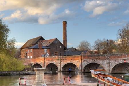 De oude molen zag molen en voetbrug, Stratford upon Avon, Warwickshire, Engeland