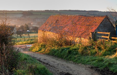 gloucestershire: Old barn on the Cotswold Way, heading towards Chipping Campden, Gloucestershire, England.