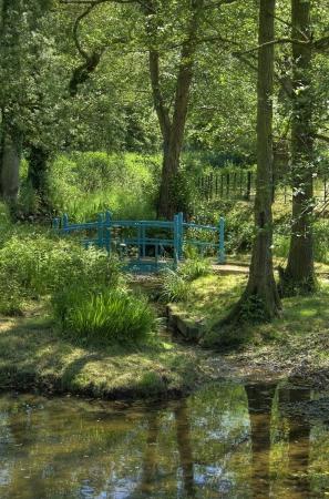 monet: Imagen del estilo de Monet muestran puente azul por el r�o Arrow, Warwickshire, Inglaterra.