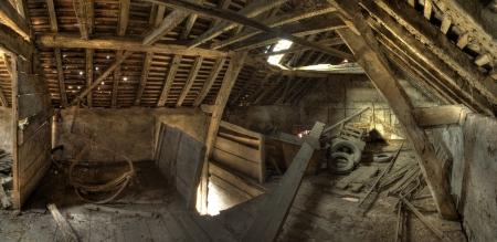 Timber-frame and wattle and daub constructed English granary interior. Stockfoto