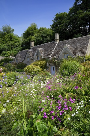 cotswold: Pretty Cotswold cottage, Bibury, Gloucestershire, England.