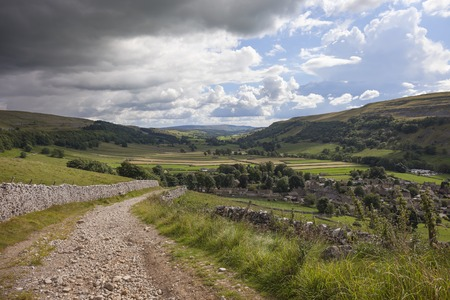 Uitzicht over Kettlewell dorp in Wharfedale, Yorkshire Dales National Park, Engeland.