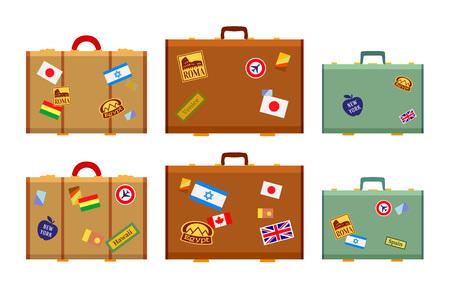 Reisende, die Koffer mit den Aufklebern. Die Objekte werden vor dem weißen Hintergrund isoliert und von einer Seite gezeigt,