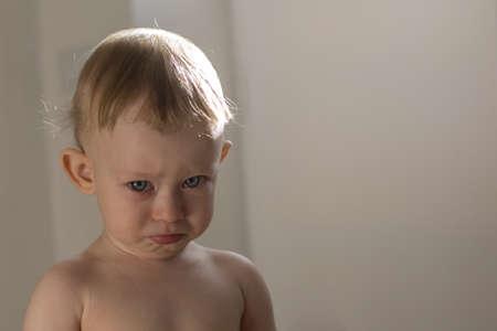 fantasque: Tr�s capricieuse petit enfant 1-ans vous regarde Banque d'images