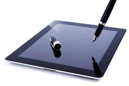 lapiceros: El cambio y el progreso demostrado por una tableta digital y una pluma fuente tradicional