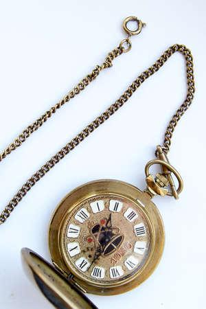 cronografo: reloj de bolsillo retro en una cadena de oro del color
