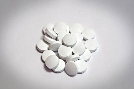 a handful of tablets on a white table Banque d'images