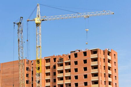 construction of an apartment building with a crane Banque d'images