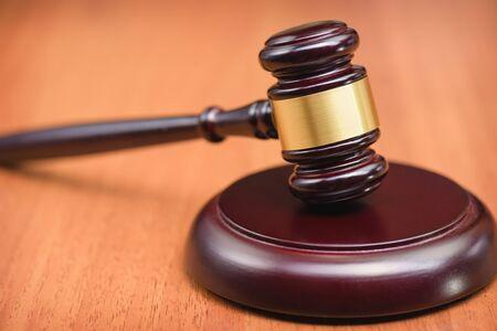 Verfahren zum Erlassen von Gesetzen. unsere Anhörung. Urteil des Richters. Symbolgesetz. Verfassungsgericht. Gesetzgebung und Recht. Richterhammer.