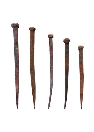 espigas: Antiguo forjado las u�as con rusty aislada sobre fondo blanco Foto de archivo