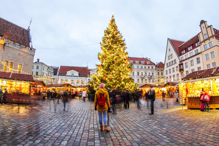Christmas Tree and Fair at the Town Hall Square (Tallinn) and looking man Standard-Bild