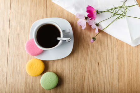 labelling: Coffee cup with colorful french macaron