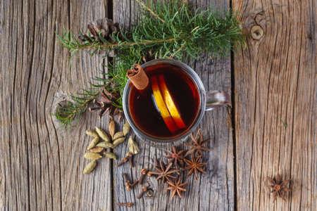 naranja arbol: Cristmass o A�o nuevo concepto. Vino caliente y especias en la mesa de madera vieja. Enfoque selectivo
