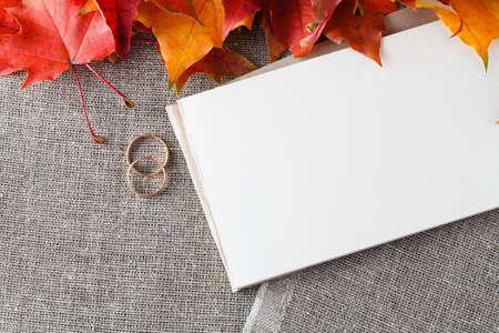 dattes: Carte de mariage d'invitation avec des anneaux d'or et le lieu d'inscription. Idée déco