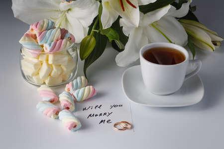 bebes lindos: Concepto de desayuno. Taza de té, lirio blanco, color de malvavisco y nota usted me casará